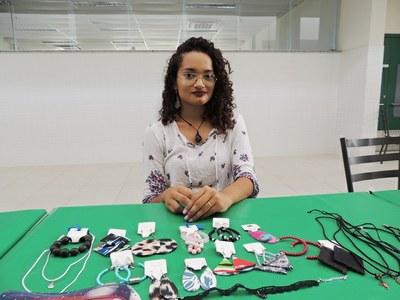 Amanda Batista confecciona acessórios como brincos, colares e pulseiras
