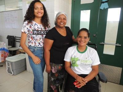 Dona Cacilda e as filhas, que são estudantes do CBVZO