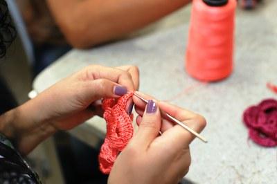 Oficina realizada no Forint usa costura e crochê para customização de bolsas