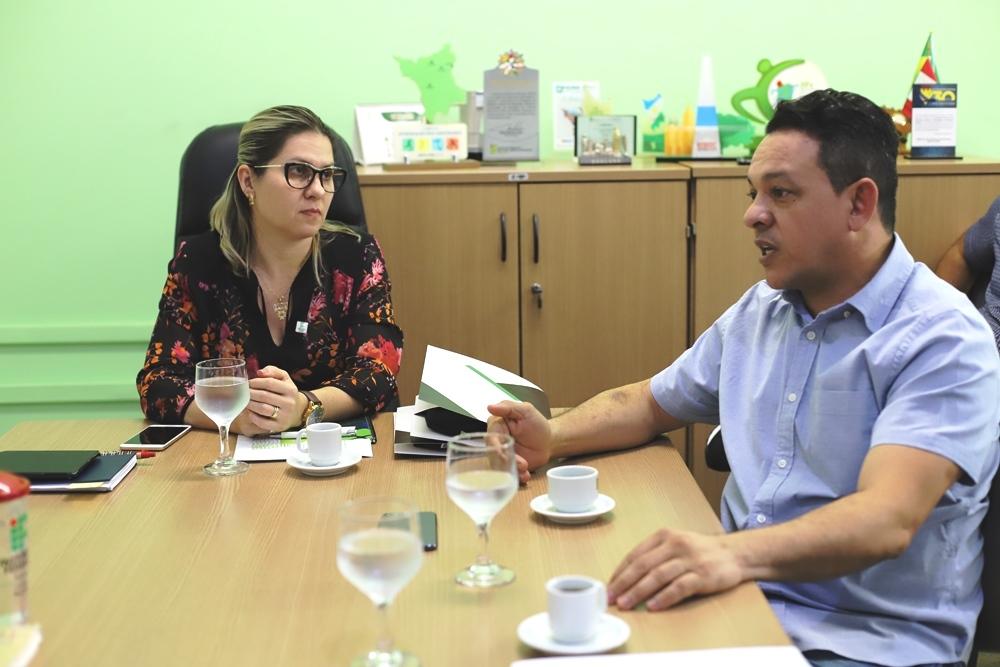 Reitora do IFRR em exercício, professora Fabiana Sbaraini, e deputado federal José Otaci